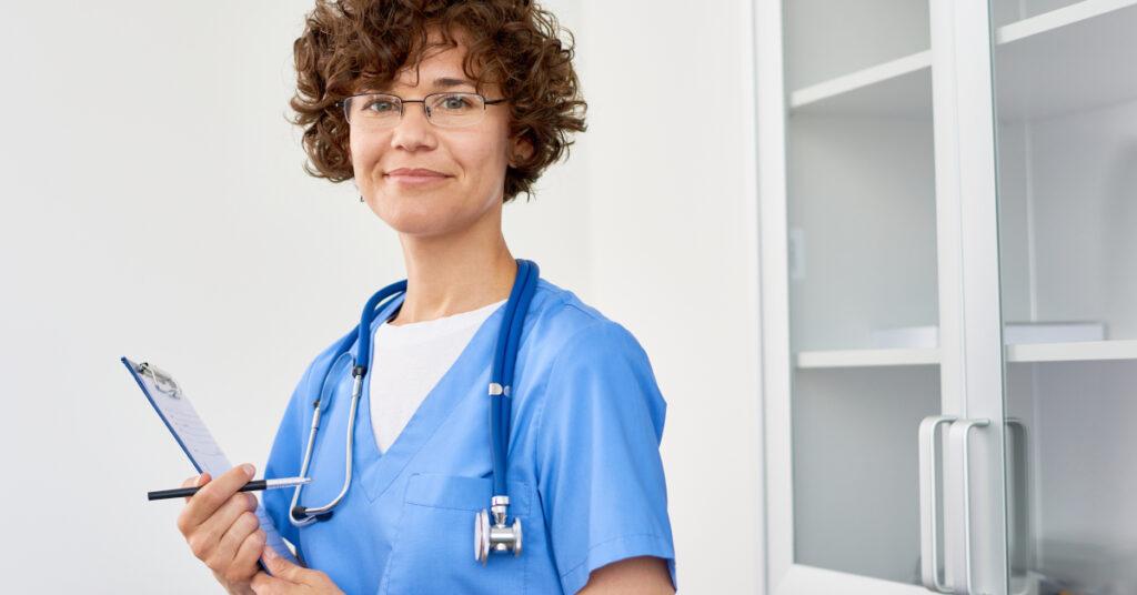 Consulta siempre a tu médico para resolver tus dudas sobre cómo sobrellevar el cáncer de mama.