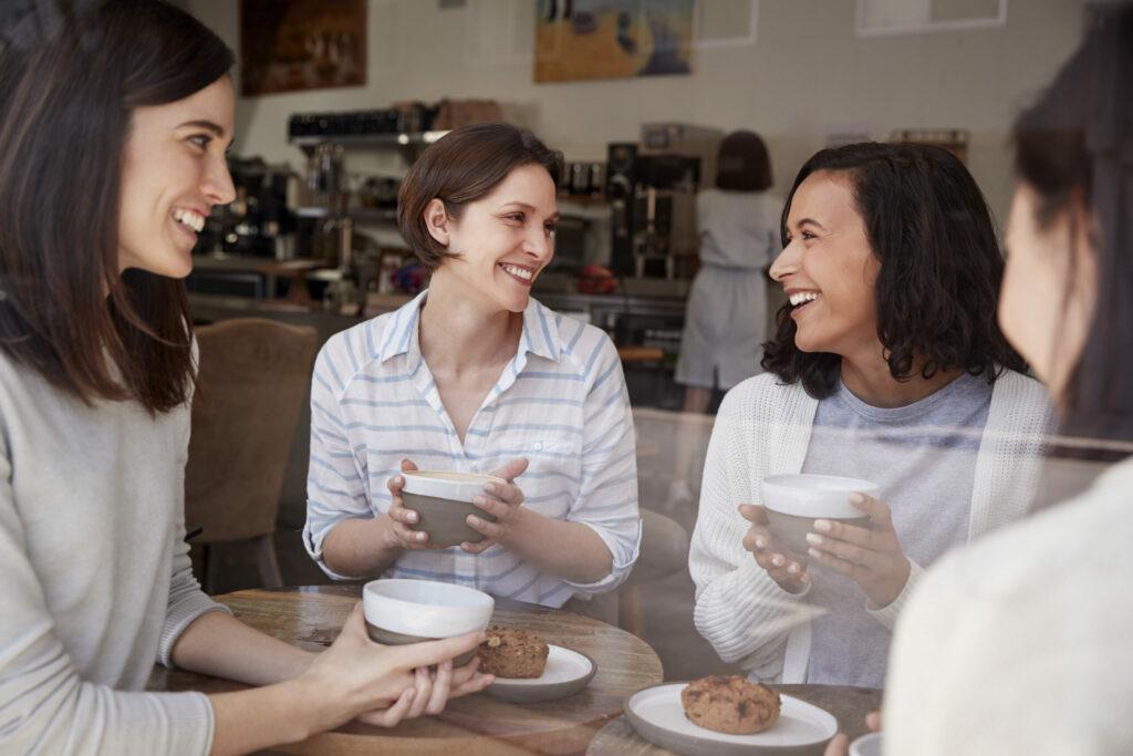 Rodéate de amigos y familia para comunicar tu proceso para sobrellevar el cáncer de mama.