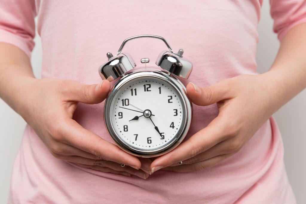 Los cambios hormonales, como los que ocurren durante la pubertad, son importantes a considerar.