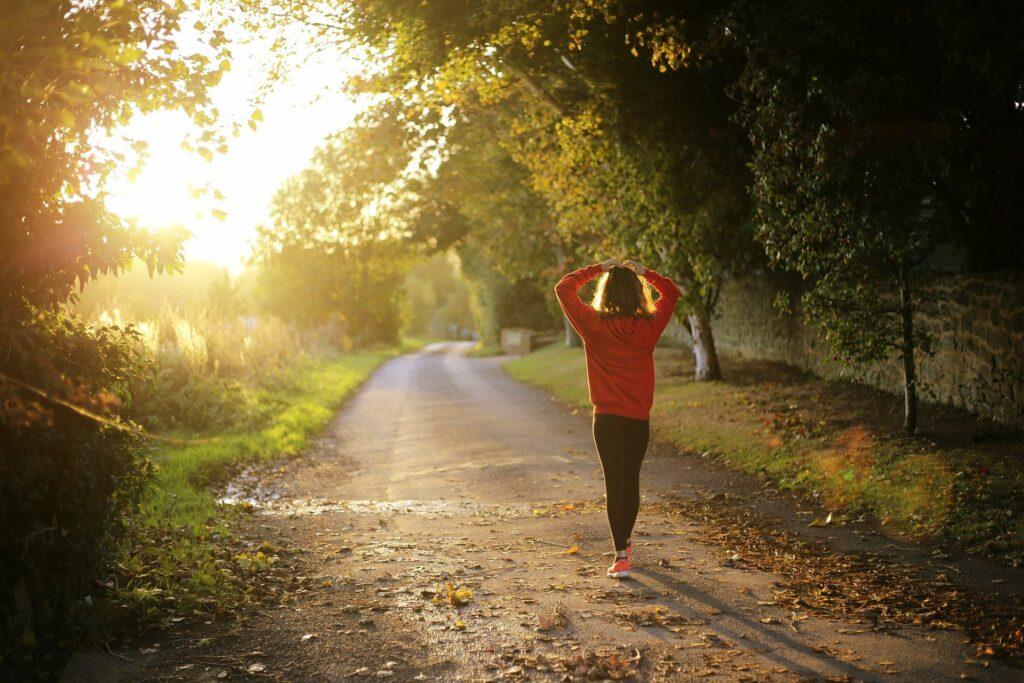 Caminar es una excelente forma de mantenerte saludable y de buen ánimo.
